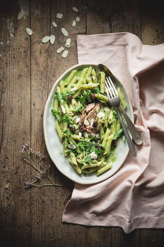 Pasta al pesto di rucola, mandorle, olive e sgombro